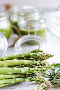 Grünes Spargelsüppchen mit einem knusprigen Linsentopping und Kichererbsenschaum von den [Foodistas] - Asparagus Soup with Lentils - http://foodistas.de/