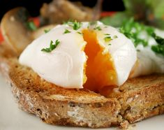 I'm obsessed with eggs Benedict! World Egg Day: How To Poach An Egg - Business Insider Egg Recipes, Brunch Recipes, Low Carb Recipes, Breakfast Recipes, Cooking Recipes, Healthy Recipes, Breakfast Ideas, Healthy Breakfasts, Drink Recipes