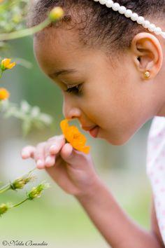 Criança cheia uma florizinha nesse lindo ensaio infantil num parque de São Paulo