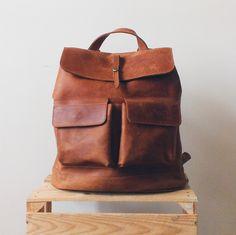 **Leder-Rucksack «Biber» ** Handgefertigter brauner Rucksack aus echtem Leder.   Ausstattung: - zwei kleine Außentaschen 15*15cm groß, die durch Magnetverschluss verschlossen werden - ein...