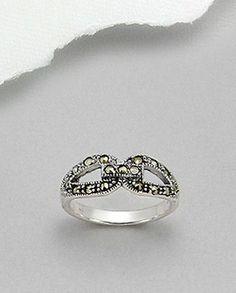 Inel fin argint 925 si marcasiteInel fin realizat din argint 925 si decorat cu marcasite.  Latime maxima: 7 mm. Greutate: 3,6 gr. Marimi disponibile: 5,6 (SUA)