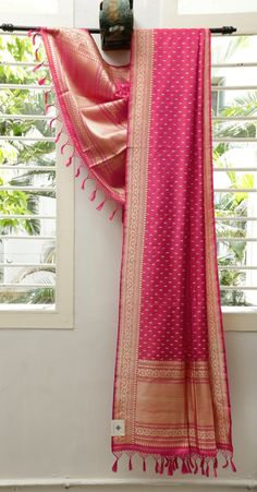 This Deep pink Benares Silk dupatta has bhuttas in gold zari and thread work in the body. Phulkari Saree, Silk Dupatta, Kanjivaram Sarees, Indian Silk Sarees, Indian Gowns, Saree Tassels, Desi Wear, Elegant Saree, Traditional Sarees