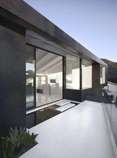 Nakahouse XTEN Architecture 2015 Residential Architect Design Awards Custom/Under Square Feet Award On an existing footprint in the Hollywood Hills, Culver City, Calif. Architecture Durable, Architecture Résidentielle, Contemporary Architecture, Amazing Architecture, Installation Architecture, Hollywood Hills, Hollywood Sign, Style At Home, Living Haus