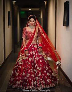 Take this bridal lehenga on rent from Flyrobe and fulfill your dream of being 'the Sabyasachi Bride. With the beautiful blend of rich fabric and bright red color and heavy work, this lehenga choli set is nothing but Royal.