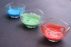 Vous pouvez réaliser cette recette de peinture en quelques minutes juste avant l'heure du bain et avec peu d'articles que vous avez surement à la maison! Ingrédients: – Savon liquide (savon/shampoing pour bébé), – Fécule de mais, – Colorant alimentaire. Mélangez bien les deux premiers