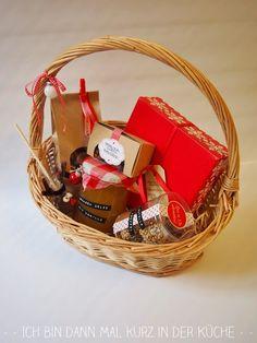"""Weihnachtlicher Geschenkkorb """"groß""""       Pflaumenmarmelade   Apfelstrudelkonfitüre   Birnen-Zimt-Konfitüre   Apfel-Birnen-Kompott   Nuss-..."""