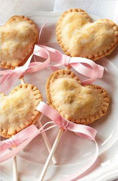 heart shaped pie pops with pink ribbons Valentines Day Treats, Holiday Treats, Holiday Recipes, Holiday Desserts, Pie Pops, Snacks Für Party, Food Gifts, Love Food, Sweet Treats