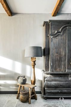 Lime paint on the walls and chalk paint on the ceiling Cosy Interior, Interior Styling, Interior Decorating, Home And Living, Home And Family, Living Room, Lime Paint, Modern Mountain Home, New England Homes