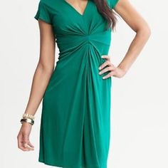 Banana Republic DRESS Banana Republic ISSA LONDON COLLECTION Green sheath dress that molds to a woman's shape and has ruching around the waist that hides a belly and makes the waist look thinner Cap sleeves and fully lined Gently worn Good condition ❌Trades ❌PayPal Banana Republic Dresses Midi