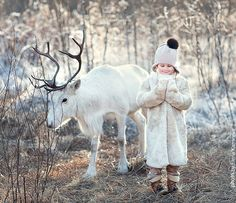 These beautiful photos of children and animals / birds were captured by russian photographer Elena Karneeva. The children in each image seem to greet the animals posing together with them as friends, sweet baby photos Children Photography, Animal Photography, Amazing Photography, Photo Zen, Animals For Kids, Cute Animals, Foto Baby, Tier Fotos, Winter Kids