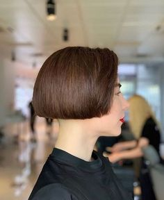 Wonderful volume and a nice bare neck Shaved Bob, Half Shaved Hair, Shaved Nape, Short Hair Undercut, Undercut Hairstyles, One Length Hairstyles, Very Short Bob, Androgynous Haircut, Short Bob Haircuts