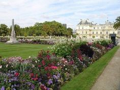 Люксембургский сад Париж Франция. Центр правления и источник вдохновения!   Люксембургский сад первым из французских садов и парков испытал на себе влияние итальянского барокко. Строительство дворца и проектирование сада началось в 1612 году. Во дворце жила принцесса Мария Медичи (1573-1642) которая впоследствии стала королевой Франции. Сейчас в Люксембургском дворце заседает Сенат.  Несмотря на классическую планировку Люксембургский сад вполне комфортен для отдыха: там есть теннисные корты…