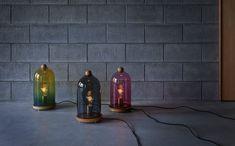 R2(アールツー)は、ウッドターナーによって丁寧に作られた木の台座の上にドロイドを連想させるドーム形のガラスシェードをのせた照明です。grey、brown はオーク、pink、yellow はウォールナットを使用しています。