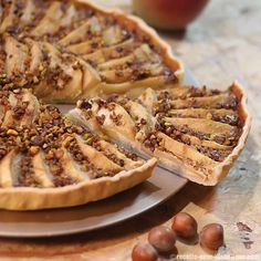 Une tarte aux pommes allégée en sucre qui vous fera craquer avec ses noisettes et pistaches.Une base de frangipane à la noisette et des ...