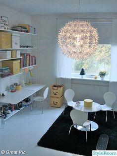 stringhylla,string,vitt,barnrum,taklampa,maskroslampa,sittgrupp,barnmöbler,barnstol,lekback,gult,skrivbord,barnrumsmöbler