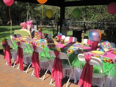 Kids table at a wedding ... What a great idea!