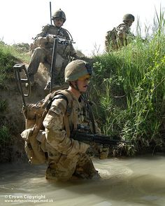 Soldiers of Battalion The Coldstream Guards are pictured crossing an irrigation ditch, during operations in Afghanistan. British Armed Forces, British Soldier, British Army, Afghanistan War, Iraq War, Military Gear, Military Photos, Military Operations, Royal Marines