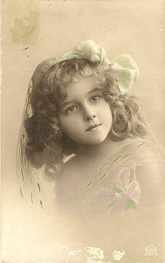 A girl in vintage spring Vintage Children Photos, Vintage Girls, Vintage Pictures, Vintage Images, Antique Photos, Vintage Photographs, Old Photos, Decoupage Vintage, Vintage Crafts