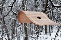 Les créatifs et designers ne se focalisent pas toujours uniquement sur nos maisons, ils leur arrivent d'imaginer des refuges et des habitats pour les animaux et plus particulièrement pour les oiseaux.  C'est le cas du designer Ryan Bruxvoort et de sa bien nommée « BirdHouse ». Un nichoir, en forme d'aile d'avion, réalisé à partir de 65 bandes de bois d'érable. Un refuge idéal pour les petits oiseux en cette période d'hiver. Nous aimons l'idée mais aussi le design très graphique et épuré.
