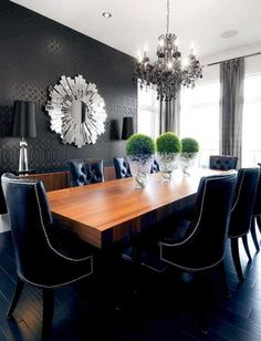 Гламурная столовая с вычурной мебелью и декором.