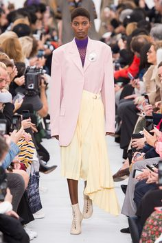 All of the best looks of the Celine runway collection from Fashion Week Spring/Summer 2018 Spring 2018 Fashion Trends, Spring Summer Trends, Celine, Runway Fashion Looks, Fashion Show, Female Fashion, Paris Fashion, Women's Fashion, 70s Fashion Pictures