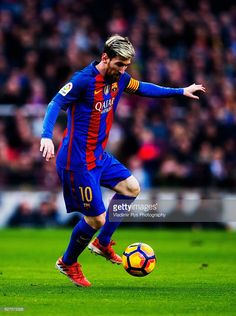Lionel Messi of Barcelona controls the ball during the La Liga match between FC Barcelona and Real Madrid CF at Camp Nou stadium on December 03, 2016 in Barcelona, Spain.