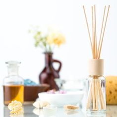 5 perfume diffusers to make yourself Perfume Diffuser, House Smell Good, Diy Home Cleaning, Air Freshener, Clean House, Essential Oils, Fragrance, Homemade, Make It Yourself