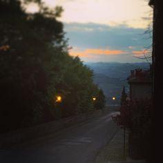 . #sera #evening #nuvole #rosa #colore #crepuscolo #tramonto #Verucchio #valmarecchia #italy #visititaly #igersemiliaromagna #emiliaromagna #rimini #passeggiata #relax #alberi #lampioni #luci by samubarbier