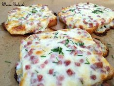 Flammkuchen Toast mit Speck und Zwiebeln - Meine Stube Jump straight to the recipe We love tarte flambée. With toast this is a real alternative to the right tarte flambée. It is quickly prepared and r Tart Recipes, Sandwich Recipes, Quick Recipes, Party Finger Foods, Party Snacks, Pizza Snacks, Bacon, Snacks Sains, Lard
