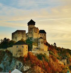 Trencin Castle Slovakia _ Autumn Trenčín Castle is a National Cultural Relic sitting above Váh River and one of the mightiest medieval complexes in Slovakia. Location on goole map Architecture:. Interesting Buildings, Beautiful Buildings, Travel Around The World, Around The Worlds, Houses Of The Holy, Tatra Mountains, Architectural Features, Medieval Castle, Beautiful Places In The World