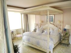 Mario Buatta: Master bedroom in the Ross penthouse (Pratesi linens and a bed inspired by the Brighton Pavilion) Awesome Bedrooms, Beautiful Bedrooms, Beautiful Interiors, Canopy Bed Drapes, Mario Buatta, New York Apartments, Bed Reviews, Luxury Bedding Sets, White Rooms