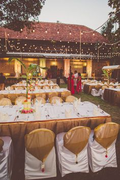 Indian wedding outdoor breakfast with gold & red colour scheme - Image by Chris Spira Photography - A Kerala wedding in India with an ivory and gold bridal sari and bridal party in hues of pink.
