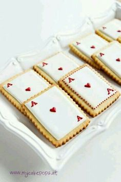 Queen of Hearts Cookies - would be cool for an Alice in Wonderland high tea portion . - Queen of Hearts Cookies – would be cool for an Alice in Wonderland High Tea portion … - Alice In Wonderland Cakes, Alice In Wonderland Birthday, Alice In Wonderland Party Ideas, Mad Hatter Party, Mad Hatter Tea, Mad Hatter Cake, Alice Tea Party, Cakepops, Baby Shower Cakes