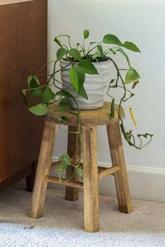 How to make a small stool from a thrifted bar stool. Rattan Bar Stools, Diy Bar Stools, Diy Stool, Wooden Bar Stools, Industrial Bar Stools, Counter Stools, Small Wooden Stool, Small Stool, Metal Stool
