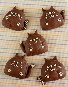 cocoa kitty buns - Recipe is in Japanese Japanese Sweets, Japanese Bread, Japanese Cat, Cute Desserts, Asian Desserts, Cute Food, Yummy Food, Bread Shaping, Cute Buns
