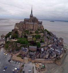 Mont Saint Michel !! Si si il est bien en Bretagne, c'est juste les normands qui nous l'on piqué !! des voleurs quoi lollll