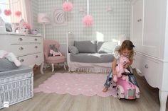 Obraz z http://img.shmbk.pl/rimgsph/4727_6dfb6d6a-f549-4b26-be89-f4f32a1cd4b2_max_900_1200_meble-linii-royal-pokoj-dziecka-styl-glamour.jpg.