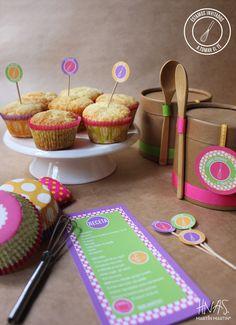 Kit para que los chicos se diviertan en la cocina!  Incluye: Packaging, receta para muffins, batidor, cuchara de bambú, 12 pirotines, cartelitos para decorar la mesa, pinchos para indicar los sabores y servilleta.