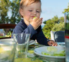 Klassischerweise bekommen Babys um den 5. oder 6. Monat herum die ersten Löffel Beikost. Aber es kann auch anders gehen. Das zeigt ein Food-Trend für unsere Kleinsten, der es Babys selbst überlässt Nahrung für sich zu entdecken. http://www.fuersie.de/baby/artikel/baby-led-weaning-wenn-das-baby-sich-selbst-fuettert