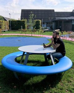 Whether with table, with backrest or just as a simple, circular seating ring - BUDDY offers a broad variety of optionis and colours to choose from. Have a look at our website! School Furniture, Street Furniture, Garden Furniture, Furniture Design, Outdoor Furniture, Round Picnic Table, Public Realm, Urban Design, Landscape Architecture
