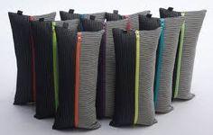 Billedresultat for strikkede puder Living Place, Knit Art, Knit Pillow, Dog Sweaters, Dobby, Needlework, Knit Crochet, Diy And Crafts, Fancy
