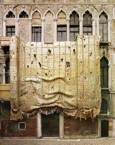 el anatsui awarded golden lion for lifetime achievement of the venice art biennale