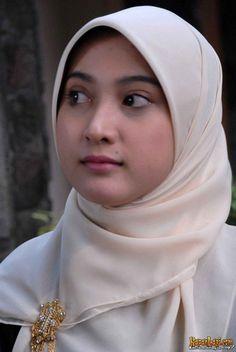 Pin Image by Hijabi Sholehah Muslim Girls, Muslim Women, Muslim Beauty, Muslim Hijab, Indonesian Girls, Hijab Tutorial, Hijab Chic, Beautiful Hijab, Girls In Love