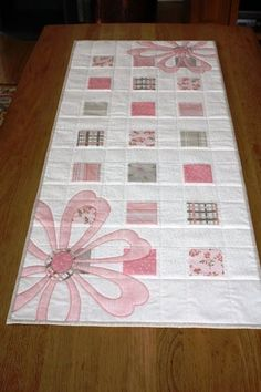 Pretty, simple table runner for spring /summer, could easily adjust for baby quilt also Quilting Projects, Quilting Designs, Sewing Projects, Quilt Design, Baby Girl Quilts, Girls Quilts, Quilt Baby, Twin Quilt, Quilted Table Toppers