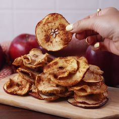 Healthy Desserts Discover Apple Chips The perfect fall snack. Fruit Recipes, Apple Recipes, Fall Recipes, Snack Recipes, Cooking Recipes, Healthy Chip Alternative, Fall Snacks, Apple Snacks, Fruit Snacks