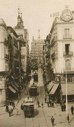 C/ Montera (Madrid) 1930 Urban Photography, Vintage Photography, Old Pictures, Old Photos, Foto Madrid, Vintage Architecture, Paris Ville, Le Palais, Historical Photos