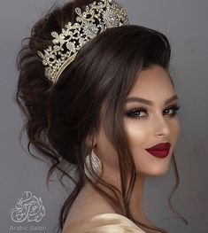 Here are Arabic makeup of wedding. Tag your friends and leave your comments . Bridal Makeup Looks, Bridal Hair And Makeup, Bridal Looks, Wedding Makeup, Hair Makeup, Tiara Hairstyles, Wedding Hairstyles, Moroccan Bride, Beauty Makeup