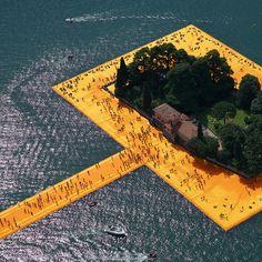 Conçu en 1970, le projet voit le jour cette année au milieu des eaux du lac Iseo en Italie. Christo et Jeanne Claude avaient imaginé un parcours revêtu d'un drap aux teintes safran reliant avec poésie ile et berges du lac. Le chemin ainsi créé i...