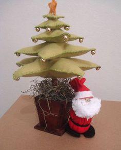 Árvore de natal em feltro com Papai Noel feito por Néia Guimarães