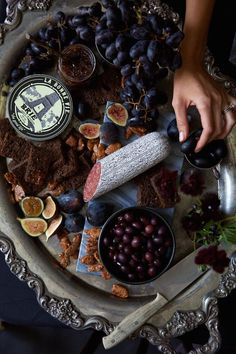 Halloween Chic-the spookiest, most beautiful cheese plate we've ever seen Soirée Halloween, Halloween Dinner, Halloween Food For Party, Holidays Halloween, Halloween Treats, Halloween Costumes, Halloween Buffet Table, Classy Halloween Decorations, Classy Halloween Wedding